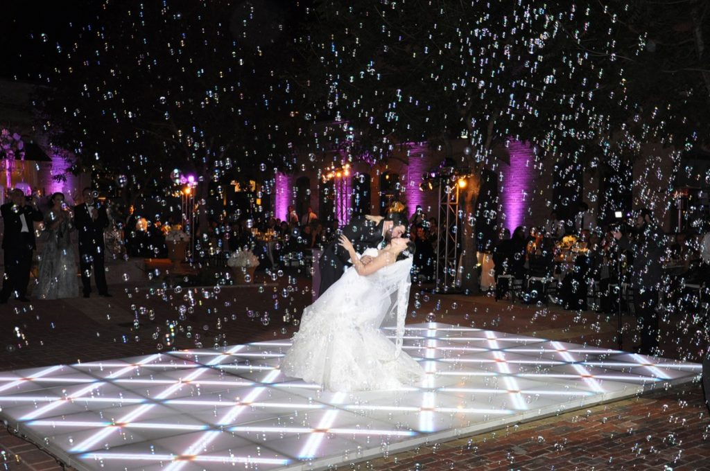 First dance, first kiss... with bubbles! a Event Ignition party is always unique!